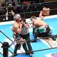 棒を手にYOSHI-HASHI(右)を襲おうとするKENTA