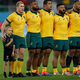 ラグビーW杯日本大会・プールD、オーストラリア対ジョージア。試合前の国歌斉唱に臨むオーストラリアの選手と少年(左、2019年10月11日撮影)。(c)Anne-Christine POUJOULAT / AFP
