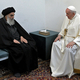6日、イラク中部の聖地ナジャフで、イスラム教シーア派最高権威シスタニ師(左)と会談するフランシスコ・ローマ教皇=バチカンニュース提供(AFP時事)
